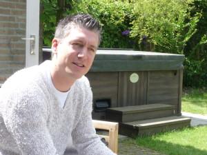 Jeremy (28) uit Tilburg werkt als filiaalmanager bij Albert Heijn. In zijn vrije tijd voetbalt hij en verzorgt hij zijn tuin én zijn zwangere vrouw Natasja. Jeremy heeft een Indische moeder en een Nederlandse vader.