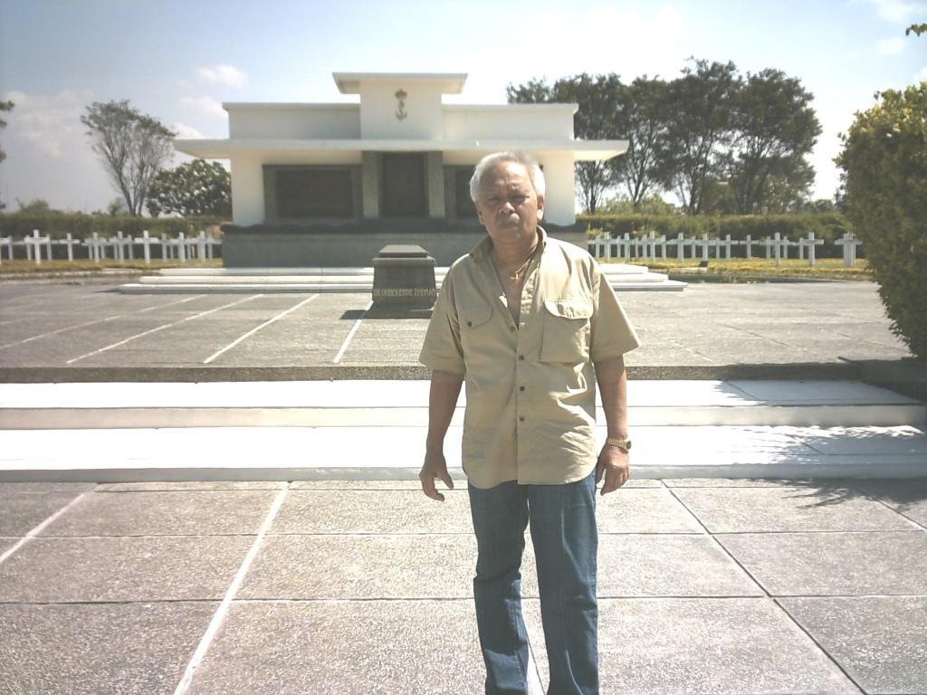 Arthur Vodegel bij het monument voor de Slag in de Javazee. Surabaya, 2006 (c) Charlene Vodegel