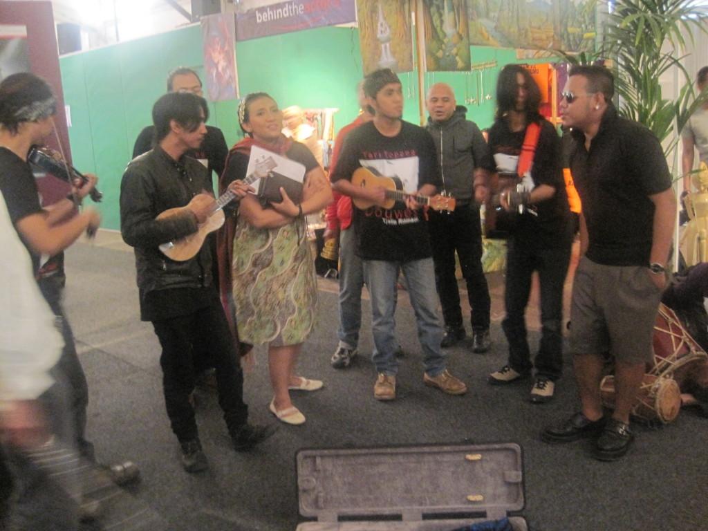 Indonesische  muzikanten tussen het wandelend publiek. (c) Charlene Vodegel/ Indisch 3.0 2012.