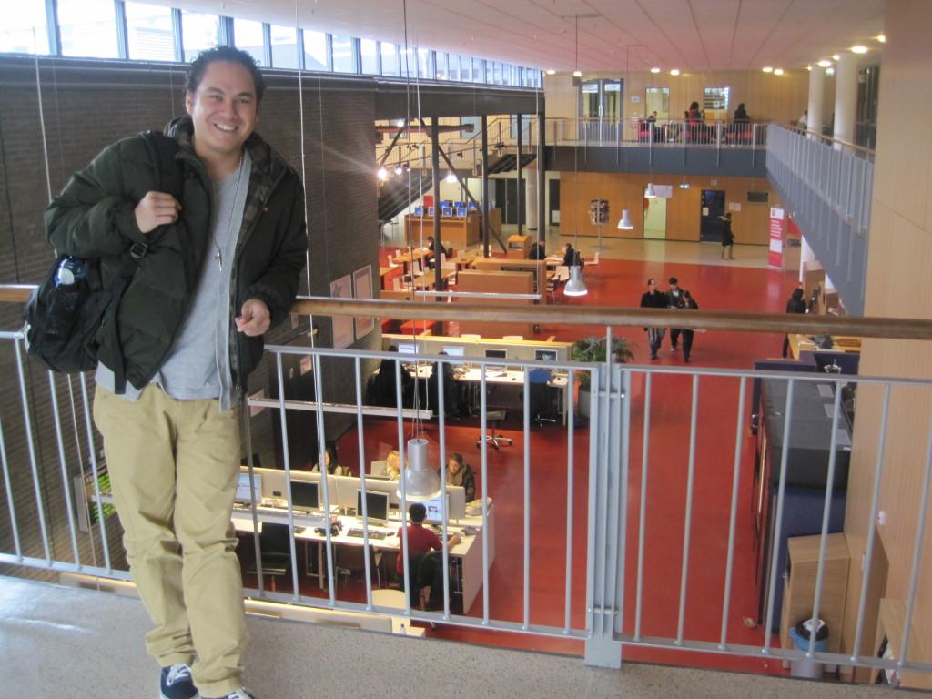 Gino van Lingen in de westvleugel van de Hogeschool. (c) Charlene Vodegel/ Indisch 3.0 2012.