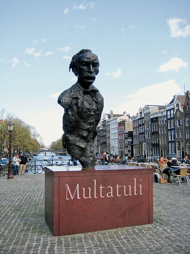 Standbeeld Multatuli in Amsterdam. Foto: http://entoen.nu/media/_600/31_Standbeeld_Multatuli.jpg