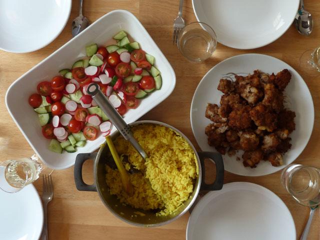 Frikadelletjes met nasi kuning en zuur © Krista Doornbosch / Indisch 3.0 2012