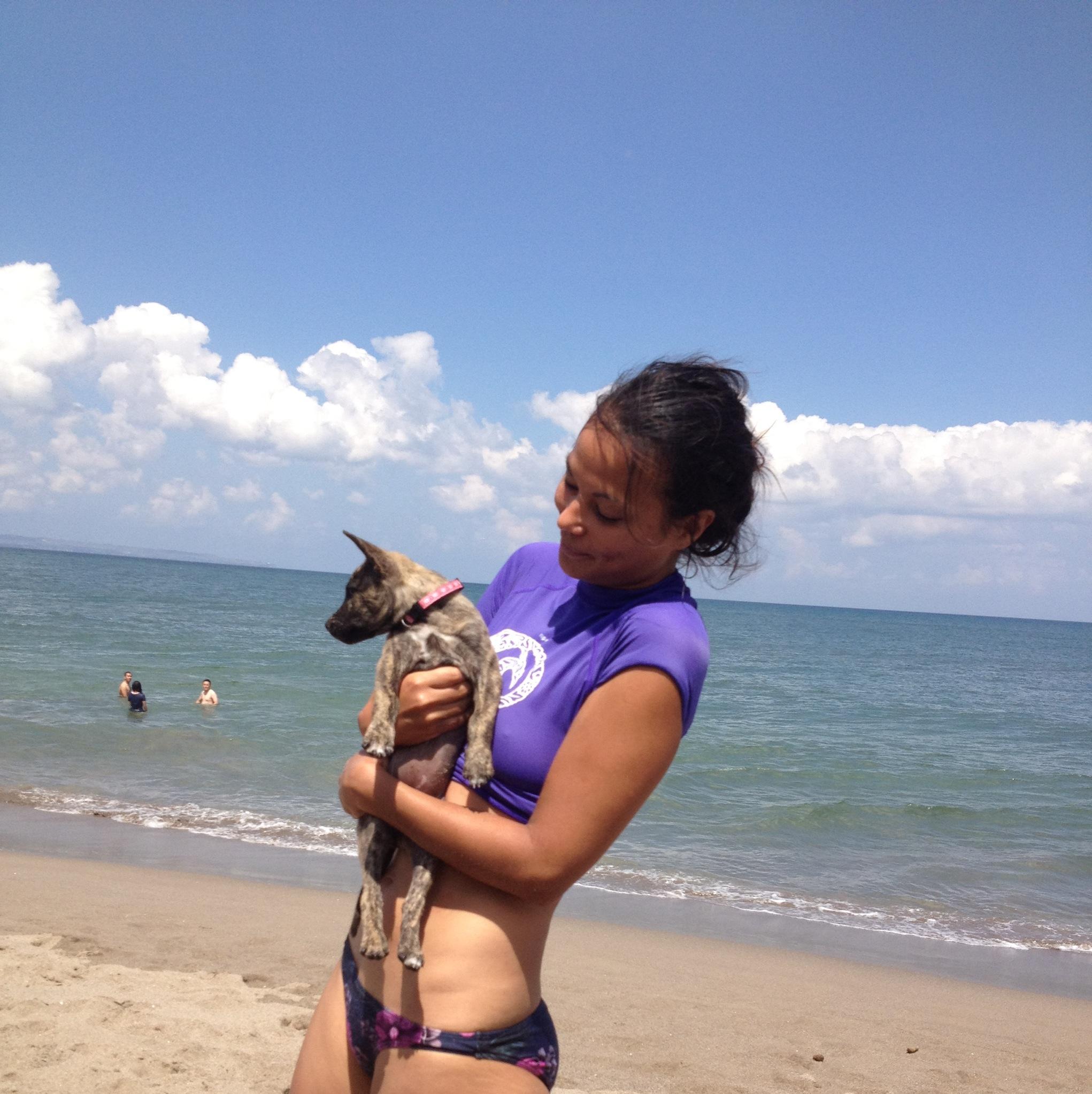Met mijn puppy op Bali. Foto: Dewi Reijs/ Indisch 3.0 2012.