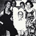 Feestelijk afscheid van de familie Herwig. Foto: Nieuw Soerabajasch Handelsblad, p. 1, 1 april 1955.