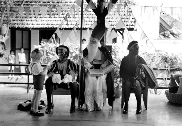 Sinterklaas op de Montessorischool te Malang, Java, in 1935. Bron: innl.nl