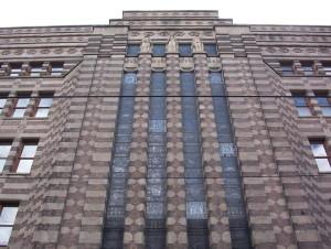 De Bazel aka De Spekkoek. Voormalig hoofdkantoor van de Nederlandsche Handel-Maatschappij. In het ontwerp zijn veel verwijzingen naar Nederlands-Indië te vinden. Foto: Jane023 via wikimedia