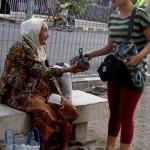 Pietpit deelt voedsel uit aan daklozen