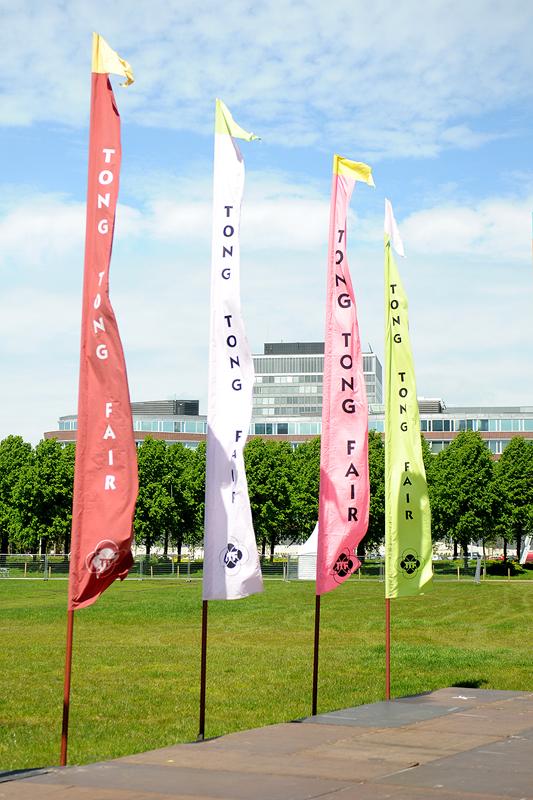 De bekende gekleurde vlaggen bij de entree van de 54e TTF ©Tabitha Lemon ©Tabitha Lemon/Indisch3.0 2012